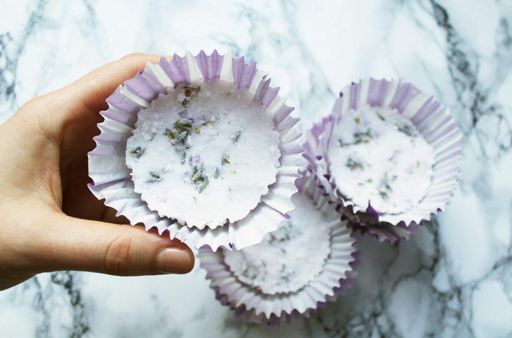 letters&beads-beauty-diy-lavendel-bade-tartes-hand-ansicht