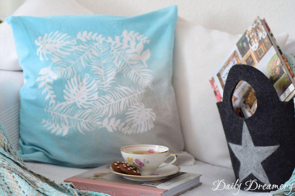 Kissenhuellen_Textilspray_tuerkis_schablonieren_Collage-zuhause individualisieren-letters beads- daily dreamery
