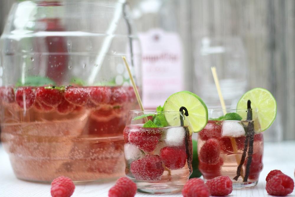 letters beads-diy-cocktails-sommerdrink-maryloves-Rezept für eine sommerliche Himbeer-Roséwein-Bowle mit Vanille 5