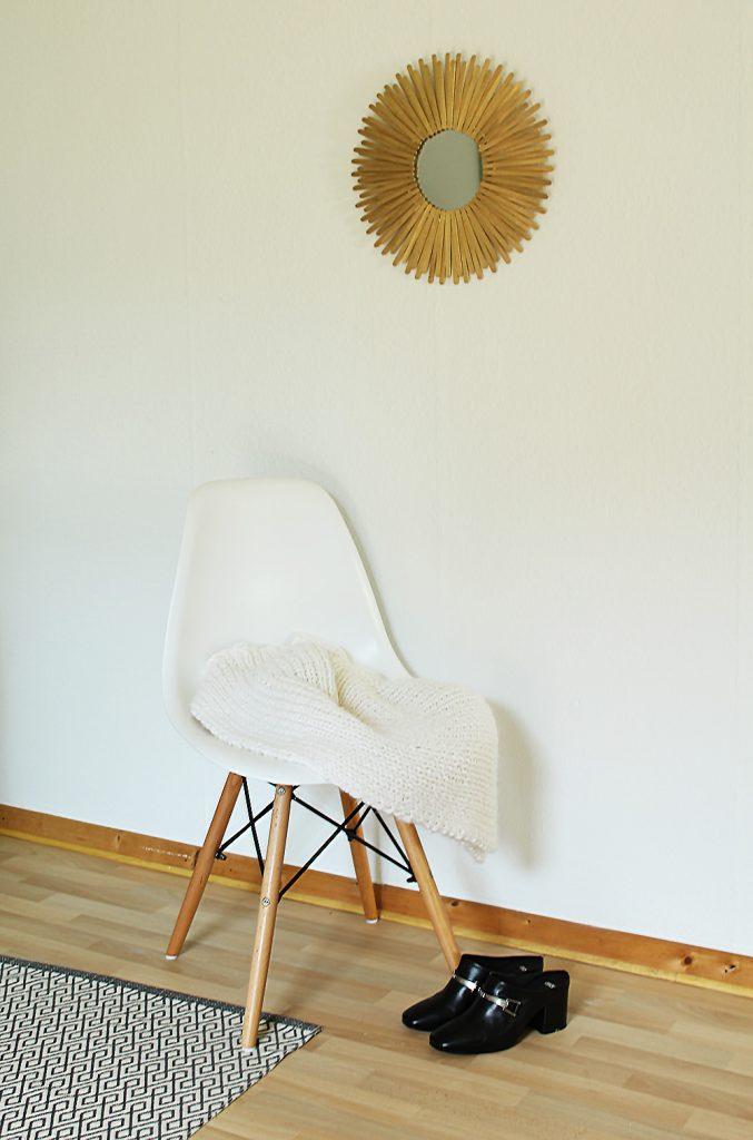 letters-beads-diy-interior-deko-spiegel-sonnenspiegel-holzstäbchen-gold-wand-look-fertig