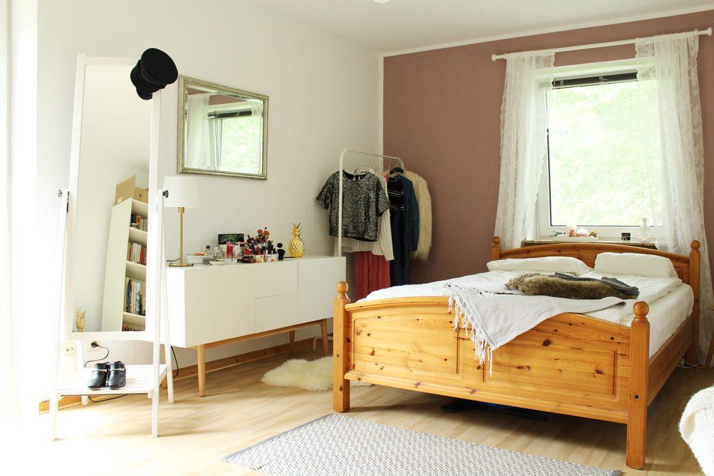 letters-beads-diy-interior-zimmer renovieren-streichen-alpina-alpinaweiß-freund-deckkraft-anstrich-schlafzimmer-akzent-farbe-fertig-bett-fenster-romantisch