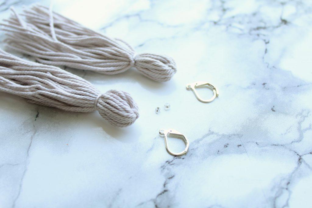 letters-beads-diy-schmuck-quasten-ohrringe-selbstgemacht-selber-machen-garn-ohrhaken-perlen