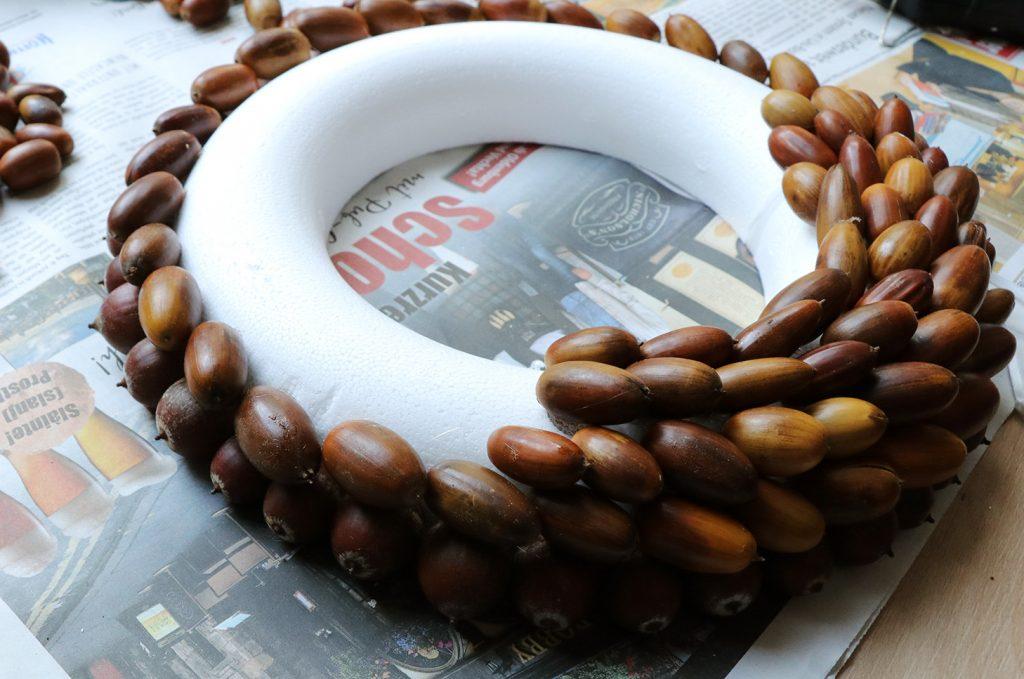 letters-and-beads-diy-deko-interior-festlichen-kranz-mit-eicheln-gestalten-eicheln-heissklebe-aufkleben