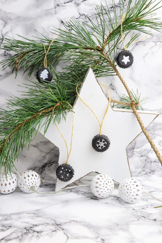 letters-and-beads-diy-weihnachtliche-kronkorken-anhänger-pilot-lackmarker-super-color-silber-weiß-sterne-schnee-tannenbaum-dekoration