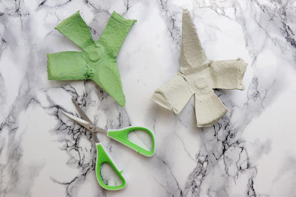 letters-and-beads-diy-weihnachtssterne-kranz-selbst-gemacht-eierkarton-zerschneiden-vier-seiten