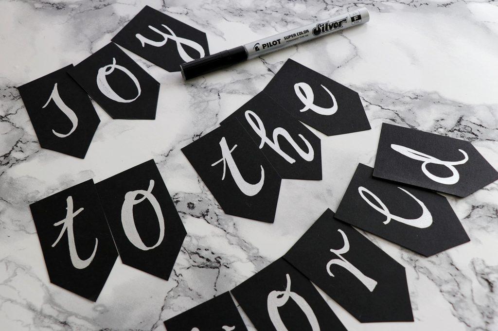 letters-and-beads-diy-deko-spruchreif-weihnachtskranz-mit-girlande-fähnchen-wimpel-buchstaben-handlettering