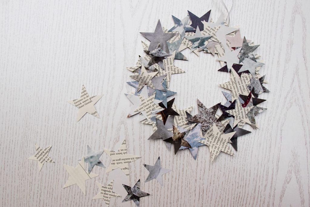 letters_and_beads_zero_waste_christmas_dekoration_weihnachtlicher_tuerkranz_aus_papier_reste_basteln