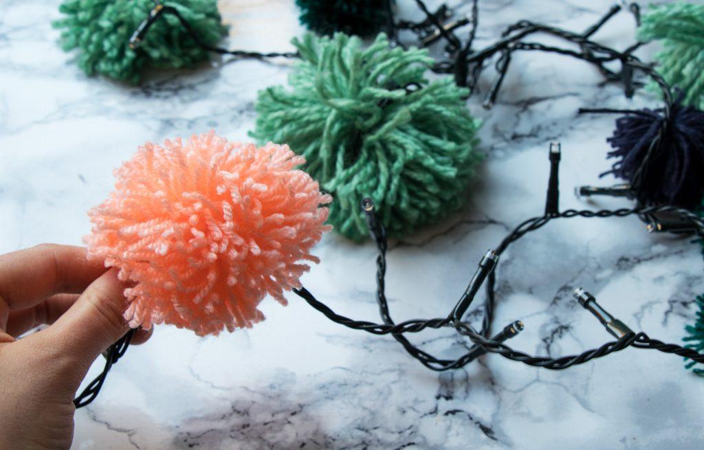 letters_and_beads_zero_waste_christmas_diy_tannenbaum_lichterkette_bommeln_befestigen