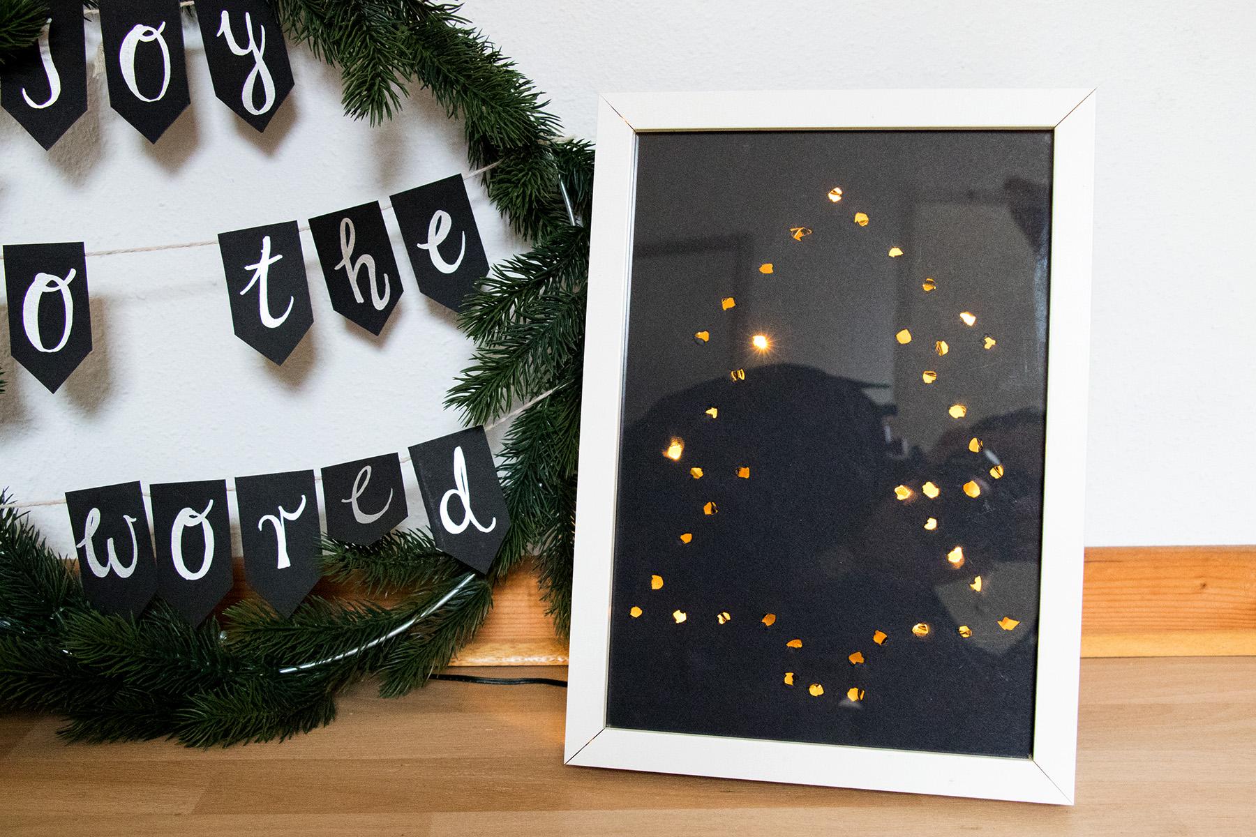 letters_and_beads_zero_waste_xmas_weihnachtsbaum_im_bilderrahmen_lichterkette