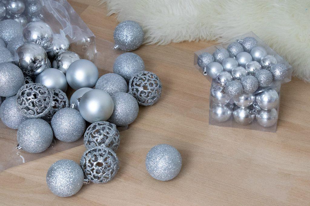 letters-and-beads-diy-weihnachtskranz-basteln-upcycling-weihnachtskugeln-flatlay