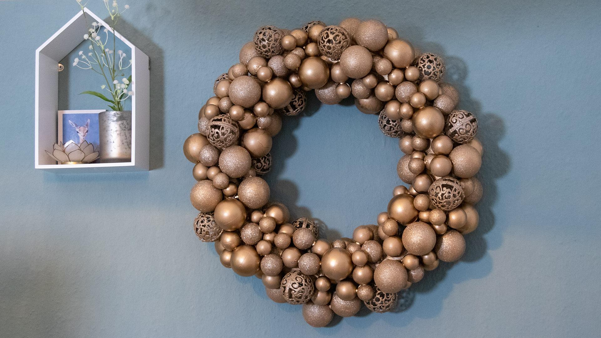 letters-and-beads-diy-weihnachtskranz-basteln-upcycling-weihnachtskugeln-header