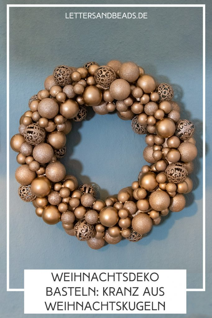 letters-and-beads-diy-weihnachtskranz-basteln-upcycling-weihnachtskugeln-pin