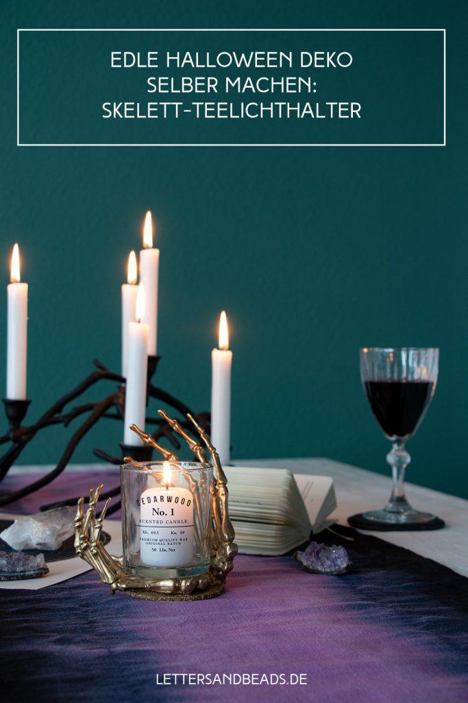 letters & beads: Halloween Deko im Skelett-Look auf Esszimmertisch mit Kerzen